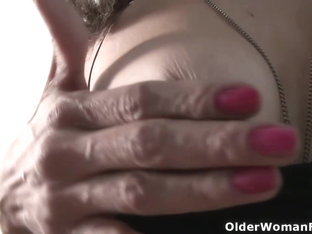 American MILF Gypsy Vixen Rubs Her Hairy Muff Furiously