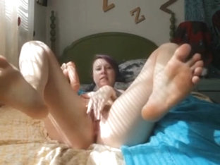 Goth / Emo Chick Shows Feet And Cums